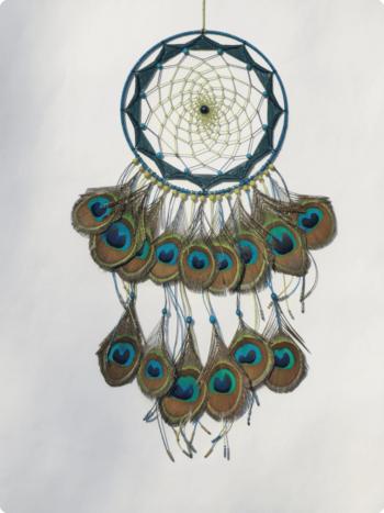 Attrape rêves bleu et vert pétrole avec plumes de paon